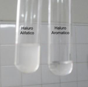 Se evidencia la presencia del halógeno en el compuesto alifático (izq.)