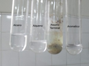 Puede verse que solamente los alquinos terminales reaccionan frente al nitrato de plata amoniacal